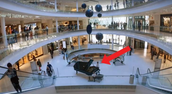 Un bambino si siede al pianoforte nel centro commerciale: poco dopo inizia lo spettacolo!