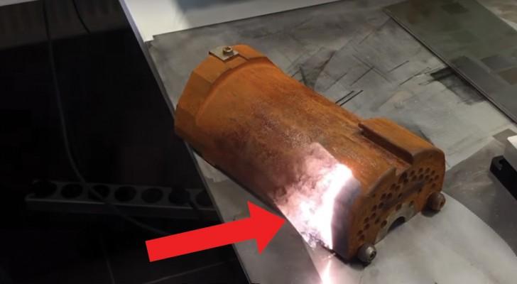 Un faisceau laser touche un morceau de métal rouillé. L'effet est un vrai plaisir à regarder