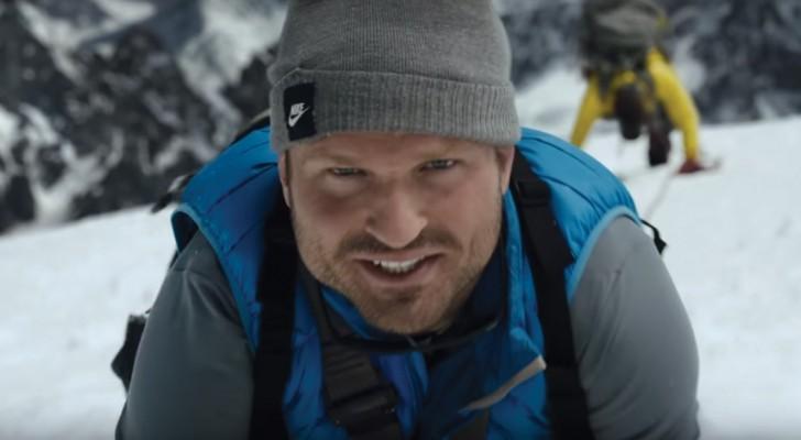 Deze man is een berg aan het beklimmen: als het beeld wordt uitgezoomd, zul je sprakeloos zijn!