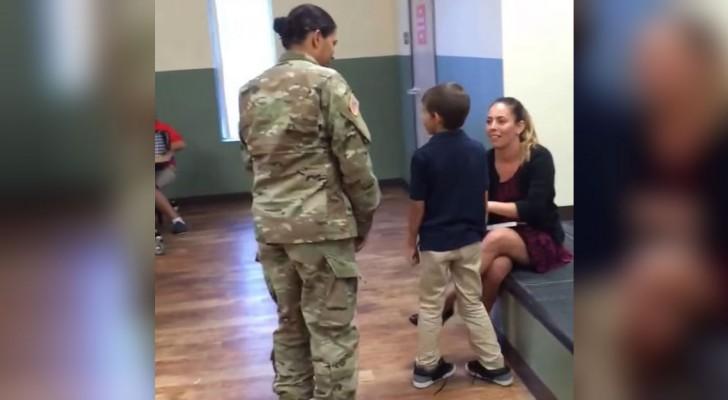 Una joven soldado vuelve a su casa anticipada: la reaccion de su hijo es para llorar