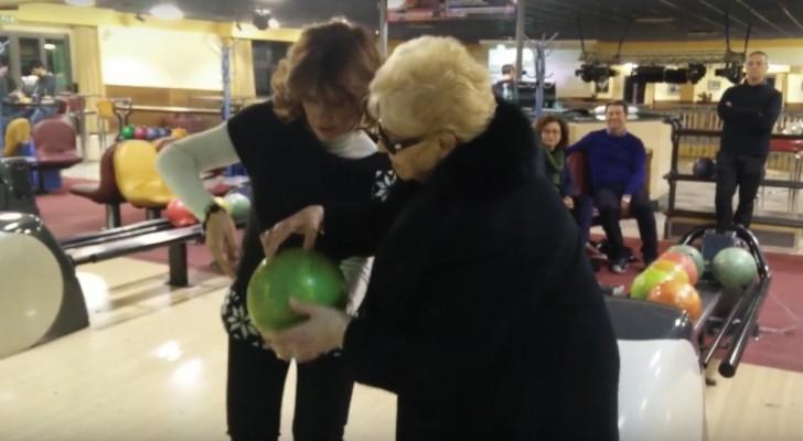Non aveva mai messo piede in un bowling, ma quando fa il suo primo tiro... Wow!