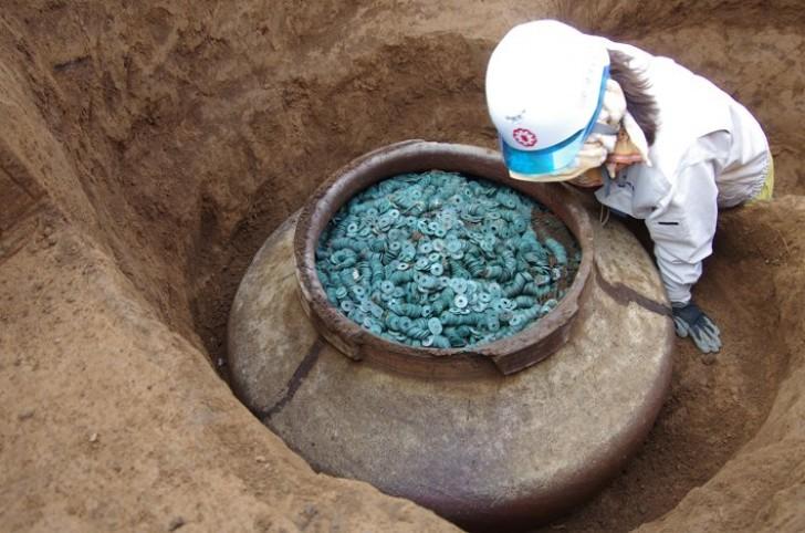 In Japan Wurde Ein Riesiges Glas Mit 200000 Münzen Entdeckt Die